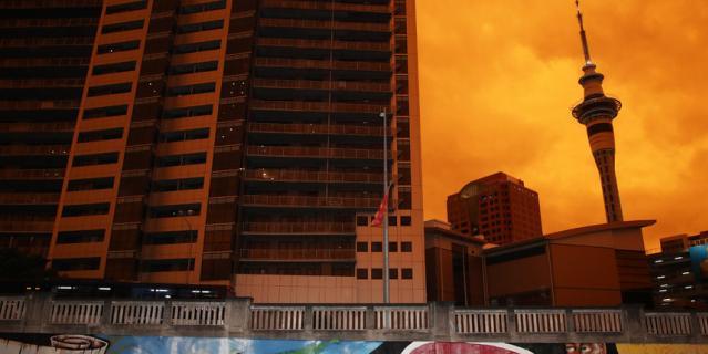 Небо Окленда окрасилось в оранжевый цвет.