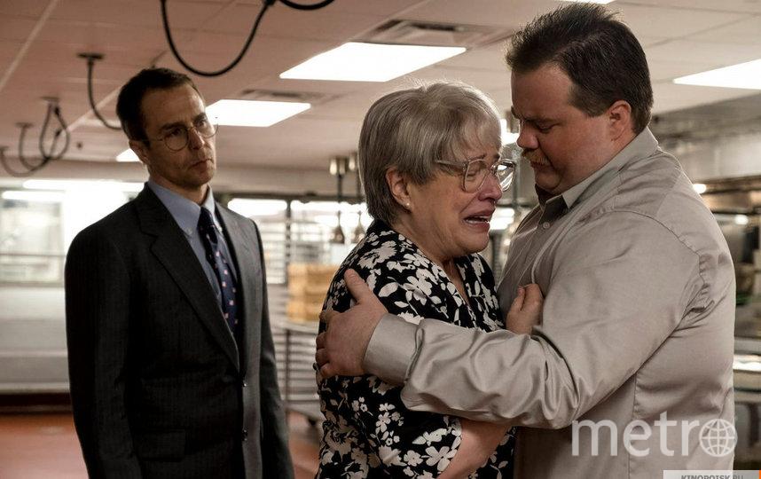 Герой (справа) с адвокатом и мамой. Фото Каро-Премьер, кадр из фильма, kinopoisk.ru