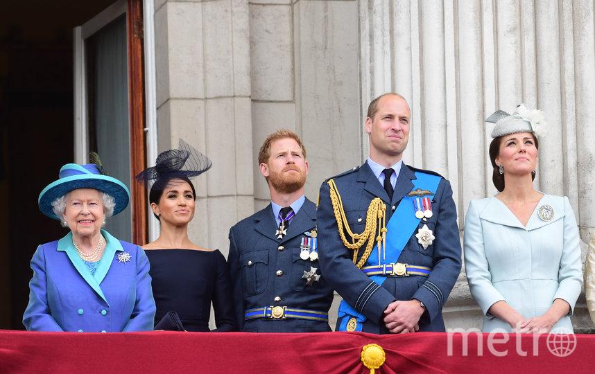 Королева Великобритании Елизавета II, принц Гарри с женой Меган Маркл и принц Уильям с женой Кейт Миддлтон. Архивное фото. Фото Getty