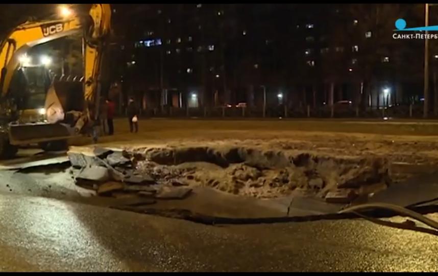 """Фото с места происшествия на Непокоренных. Фото скрин-шот видео телеканала """"Санкт-Петербург"""", """"Metro"""""""