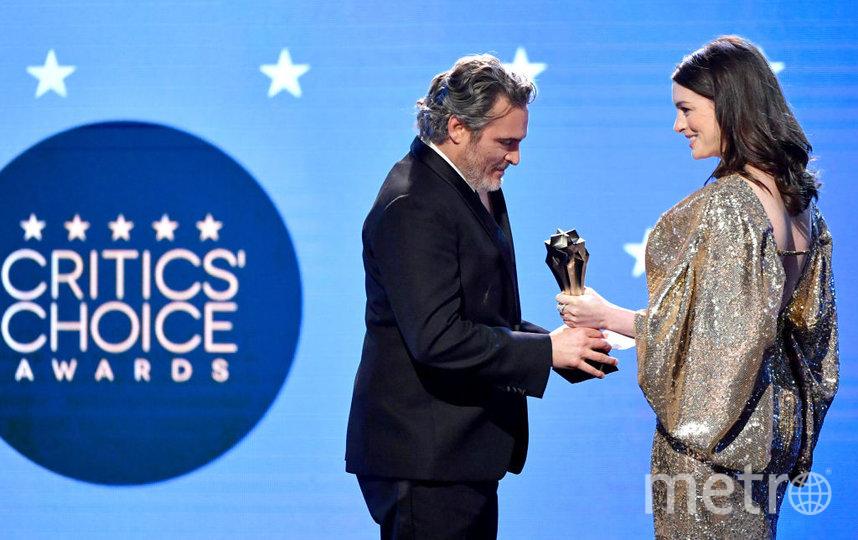 Critics' Choice Awards-2020. Энн Хатауэй вручает статуэтку Хоакину Фениксу. Фото Getty