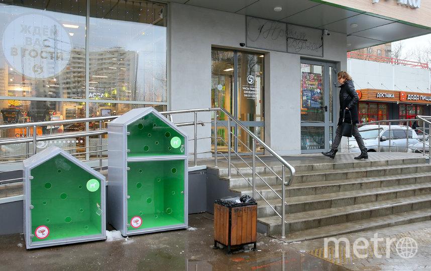 В столице рядом с продовольственным магазином установили будки для собак. Фото Василий Кузьмичёнок