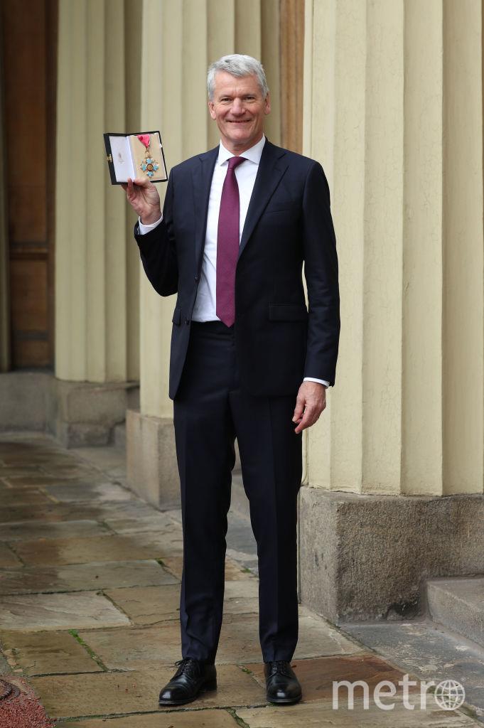Вице-президент Футбольной ассоциации Англии Дэвид Гилл с наградой 14 января. Фото Getty
