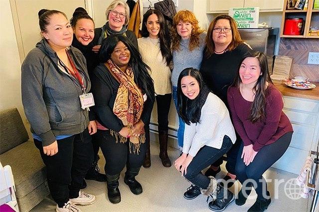 Меган Маркл и сотрудницы приюта для женщин в Канаде. Фото соцсети, vk.com