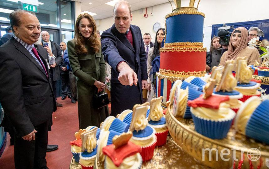 Кейт и Уильям в Брэдфорде восхитились тортом с их фотографиями. Фото Getty