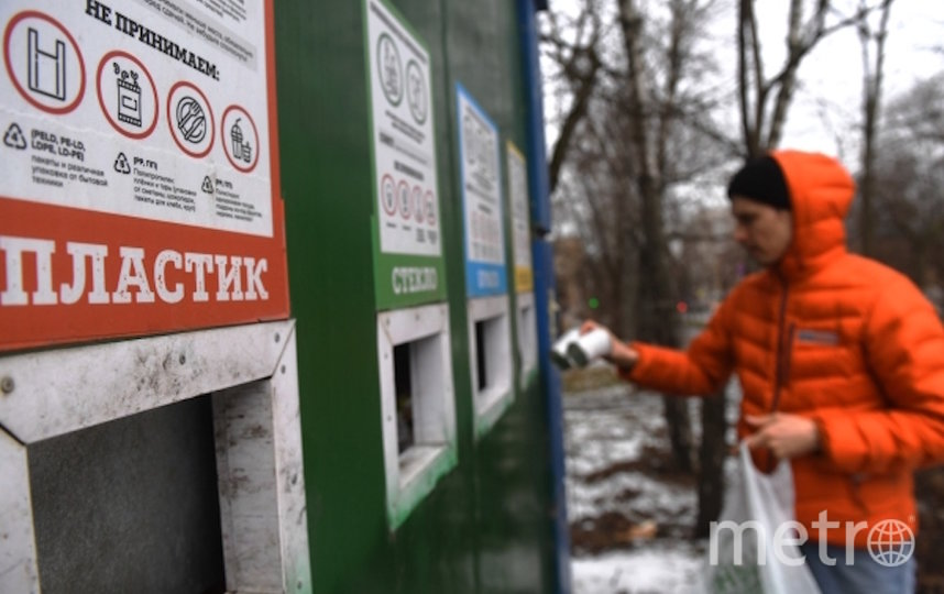 Мужчина выкидывает мусор в контейнер для раздельного сбора отходов в одном из дворов в Москве. Фото РИА Новости