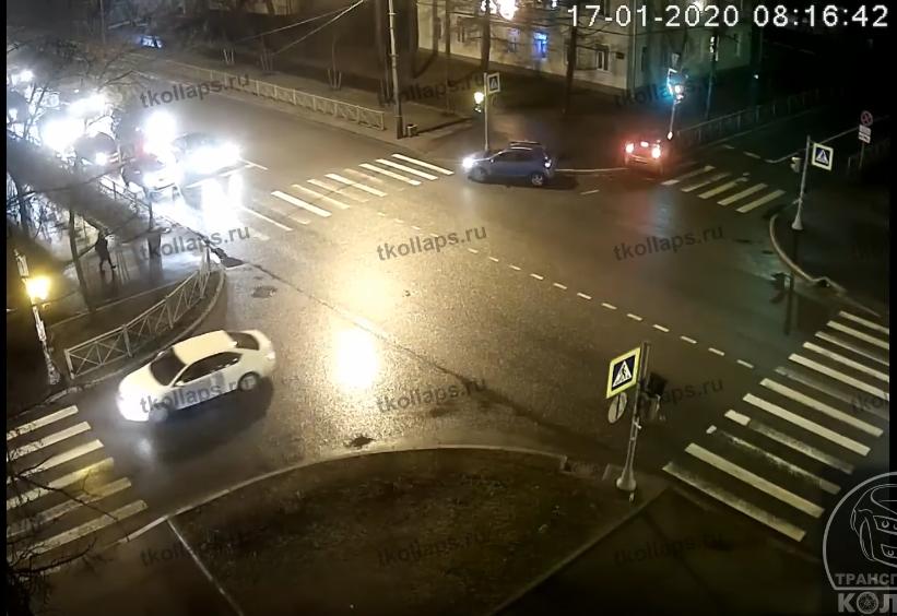 Автомобиль ударился об столб светофора правой частью, между машиной и опорой зажало женщину. Фото Скриншот Youtube