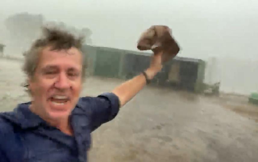 Австралийский фермер счастлив. Дожди обрушились на Австралию, измученную засухой. Фото Скриншот Youtube