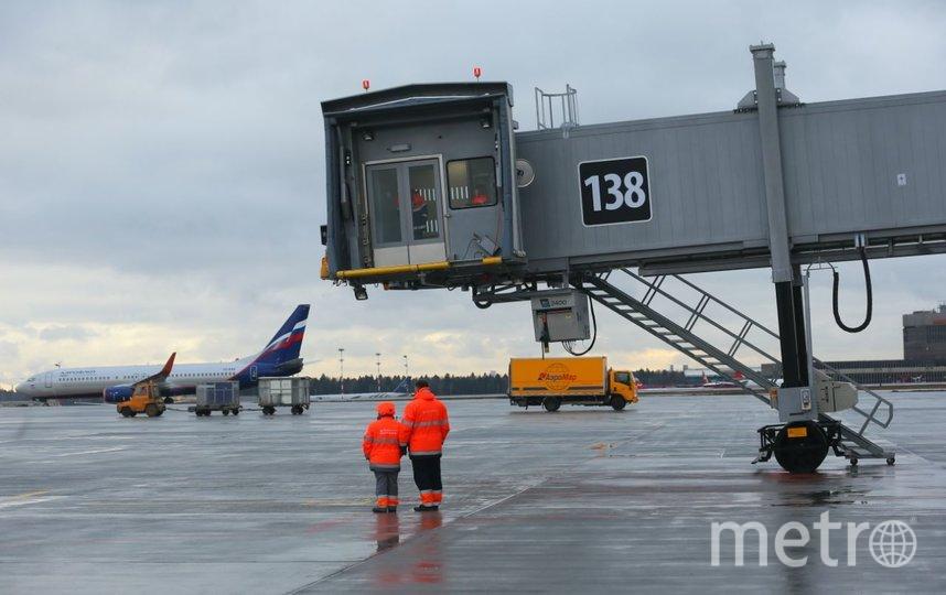 Сотрудники аэропорта встречают первый рейс, прибывший в новый терминал. Фото Василий Кузьмичёнок