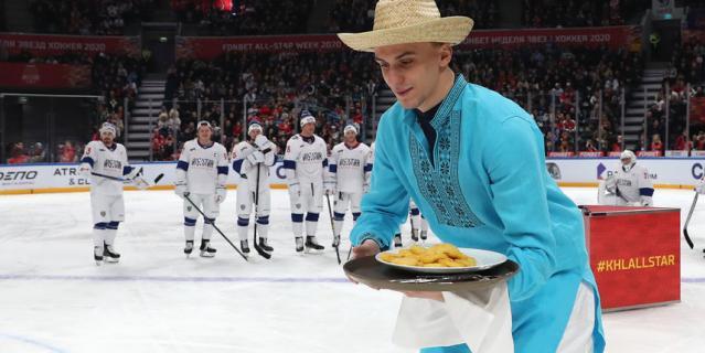 Вячеслав Грецкий угощает вратаря Гудачека драниками.