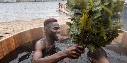 В Петербурге установили теплую купель: кто пришел на пляж в праздник Крещения