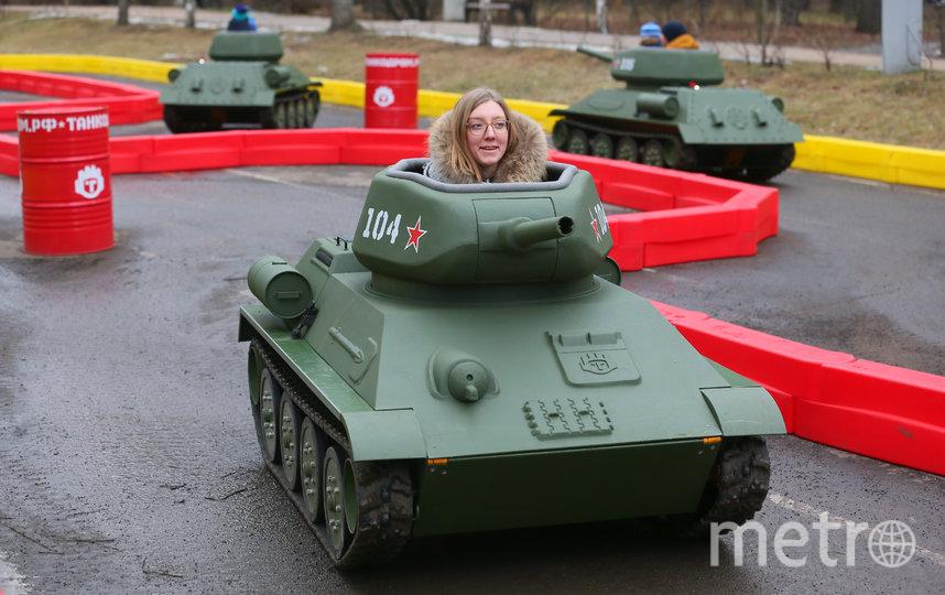 "Прокатилась на ""няшных танках"" и журналист Metro Руслана Карпова. Фото Василий Кузьмичёнок"