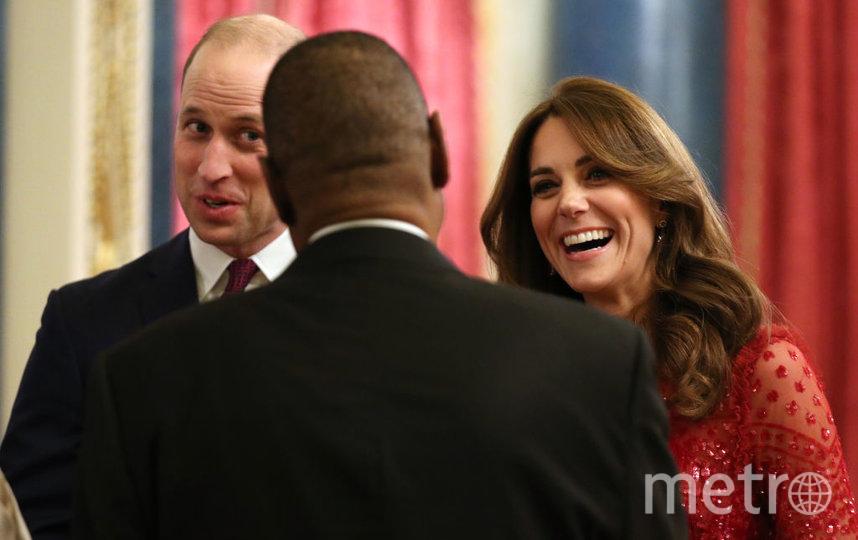 Кейт и Уильям с одним из гостей приема во дворце. Фото Getty