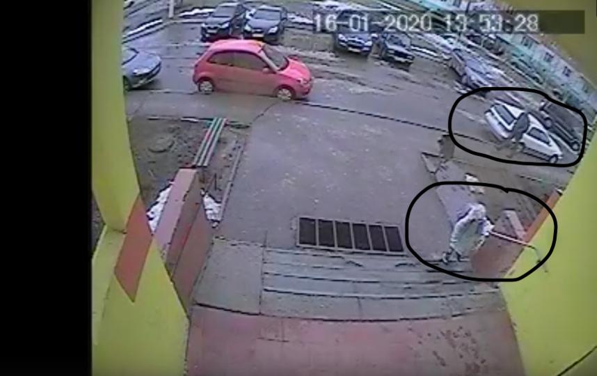 На этом кадре видно, что девочка заходит в подъезд, а позади неё идёт мужчина в чёрной куртке. Фото скриншот https://vk.com/stupinskiy