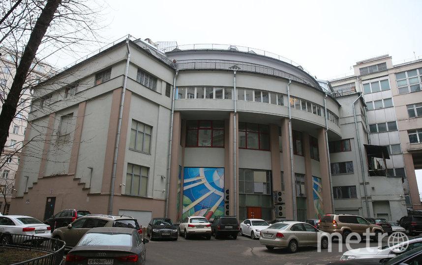 Во дворе дома выделяется полукруглая постройка – это задний фасад Театра эстрады. Фото Василий Кузьмичёнок