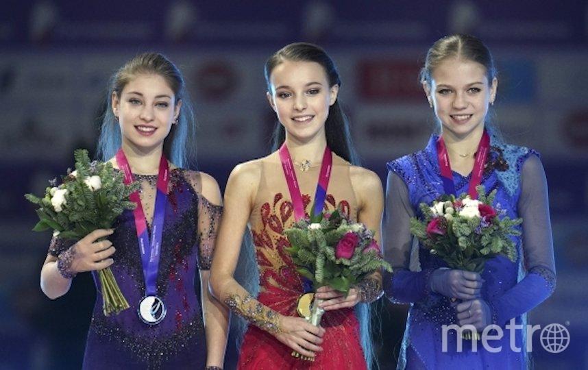 Анна Щербакова (в центре) выиграла чемпионат России, Алёна Косторная (слева) была второй, а Александра Трусова (справа) – третьей. Фото РИА Новости