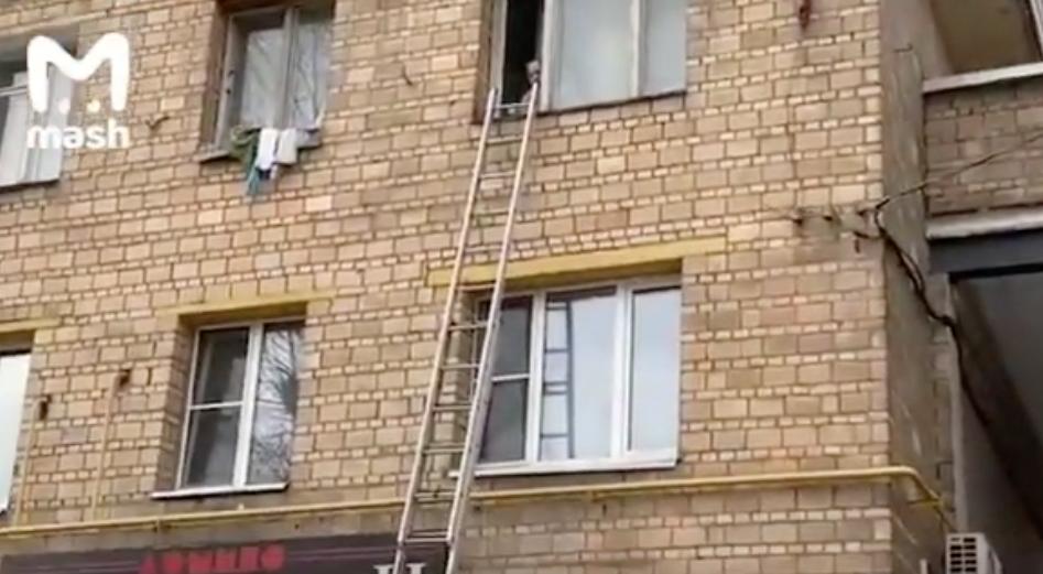 На юге Москвы пенсионерка угрожала выбросить своего трёхлетнего внука из окна. Фото скриншот youtube.com/watch?v=dJY4RP0kDVE