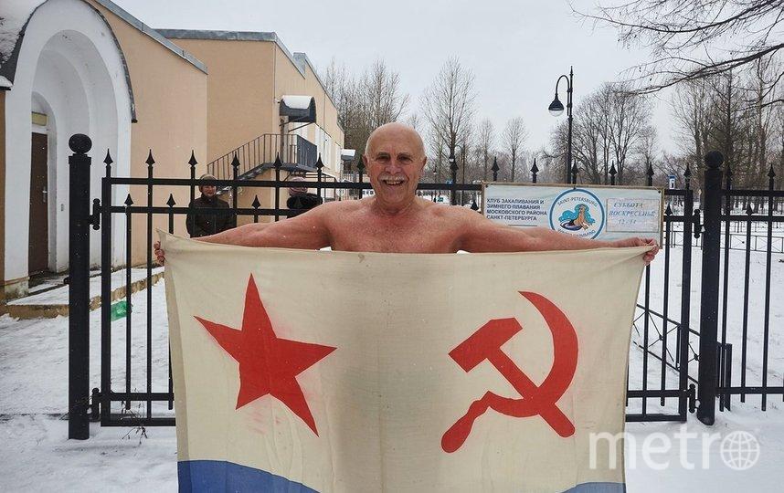 """Один из участников во время блокадного заплыва обязательно плывёт с флагом. Фото предоставлено Борисом Ратушным, """"Metro"""""""