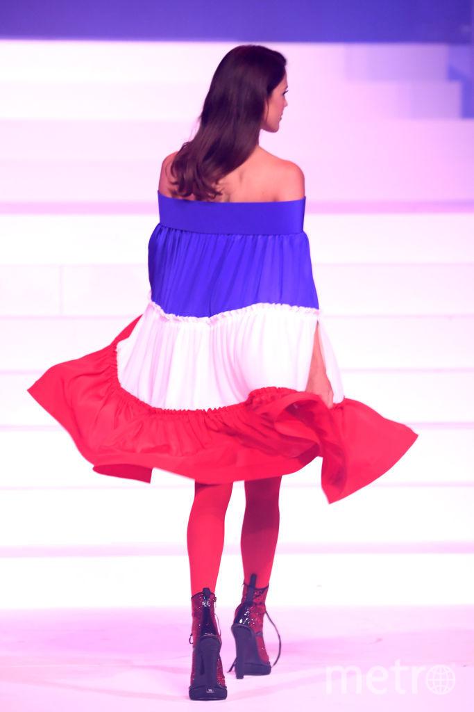 Шоу Готье в Париже. Ирис Миттенар в платье цветов флага Франции. Фото Getty