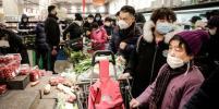 Паникующие китайцы штурмуют магазины из-за коронавируса и закрываются в домах