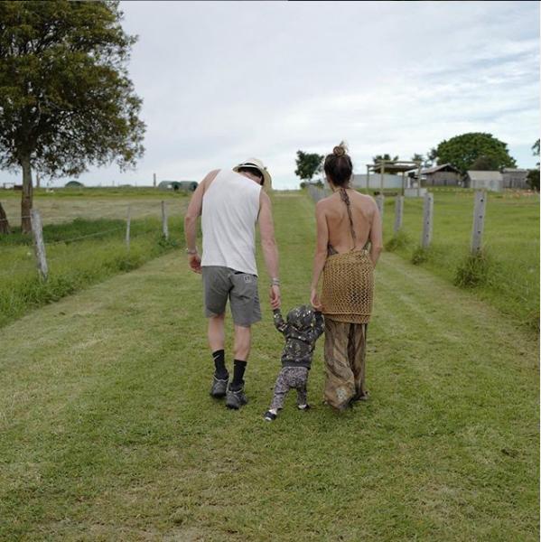 Никки Рид с дочкой и мужем. Фото криншот instagram.com/nikkireed/