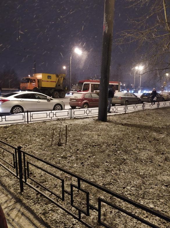 В Петербурге на Дыбенко с рельс сошел трамвай. Фото https://vk.com/spb_today