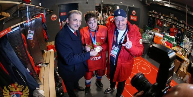 Российская хоккейная сборная взяла золото на юношеской олимпиаде в Швейцарии.