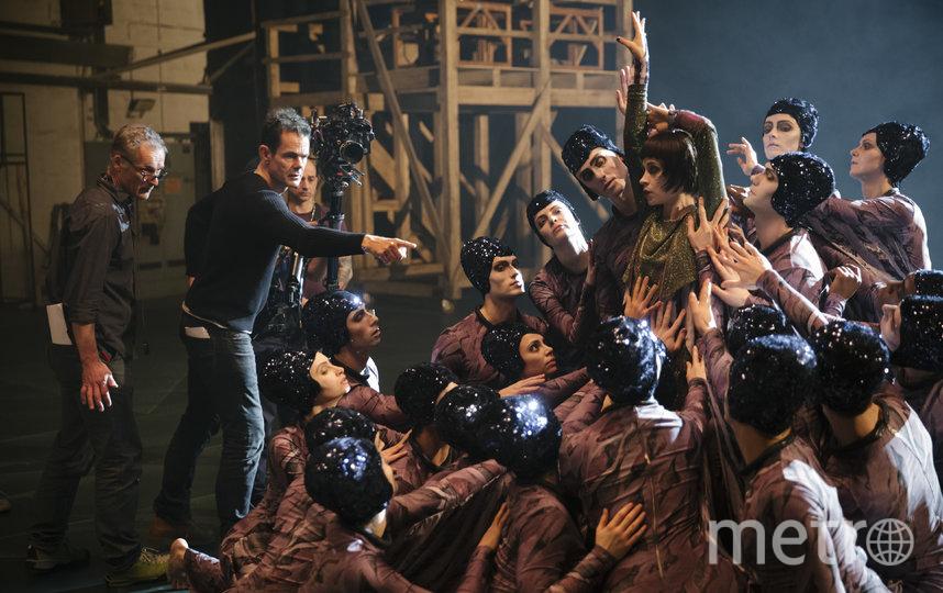 Режиссёр Том Тыквер выстраивает массовую сцену. Фото предоставлено онлайн-кинотеатром ViP Play