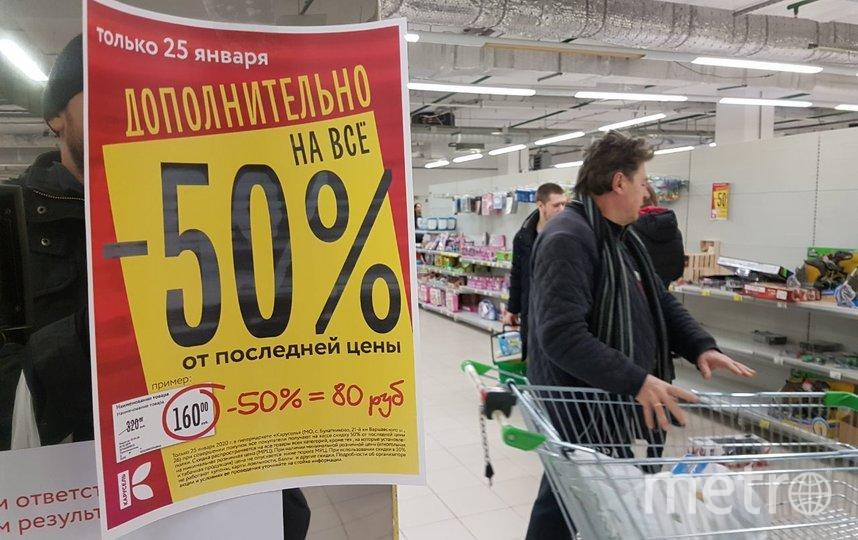 Москвичи опустошают закрывающийся магазин. Фото Василий Кузьмичёнок