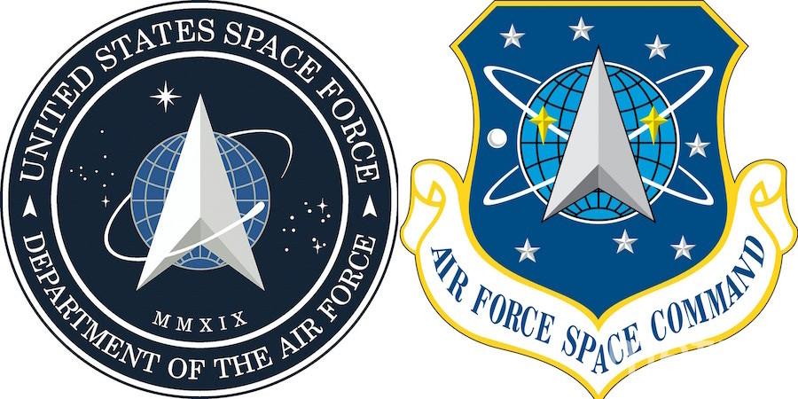 Логотип для космических сил США (слева) и логотип для космического командования ВВС США (справа), существовавшего с 1982 по 2019 гг. Фото AFP