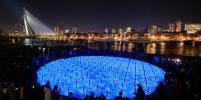 Голландский художник создал светящуюся инсталляцию в память о Холокосте
