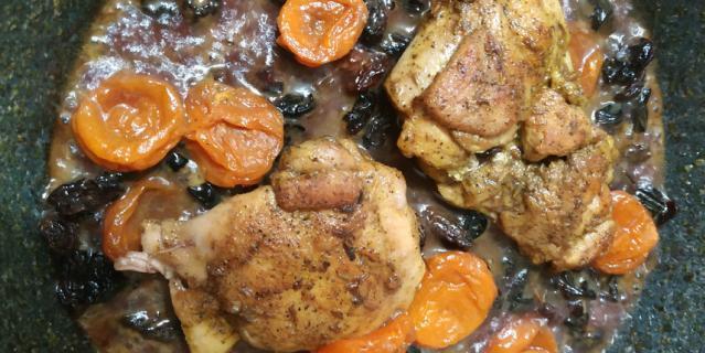 Полуготовое филе бедра положить на сковородку, залить вином, добавить сухофрукты и готовый джем.