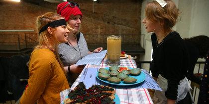 Феминистки в Москве передают через еду тайные знания
