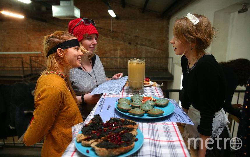 Бутерброды с крапивой и маффины с клиторией от Арины пользовались популярностью. Фото Василий Кузьмичёнок