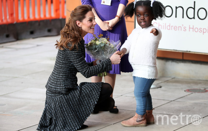Малышка Анна-Виктория подарила Кейт букет. Фото Getty