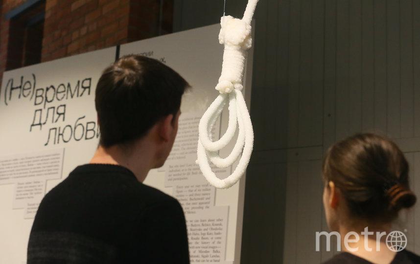 У входа на выставку посетителей встречает работа израильской художницы Сигалит Ландау. Это символическая петля от виселицы, несколько месяцев пролежавшая в Мёртвом море. Выросшие на ней соляные кристаллы как бы напоминают нам: сохраняйте память о жертвах холокоста. Фото Василий Кузьмичёнок