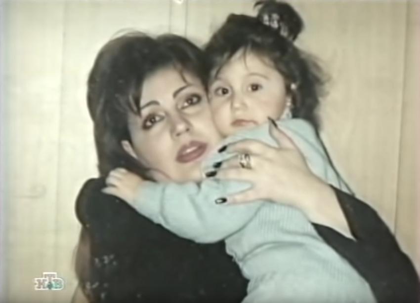 Ирина Отиева в молодости с дочерью. Фото Скриншот Youtube