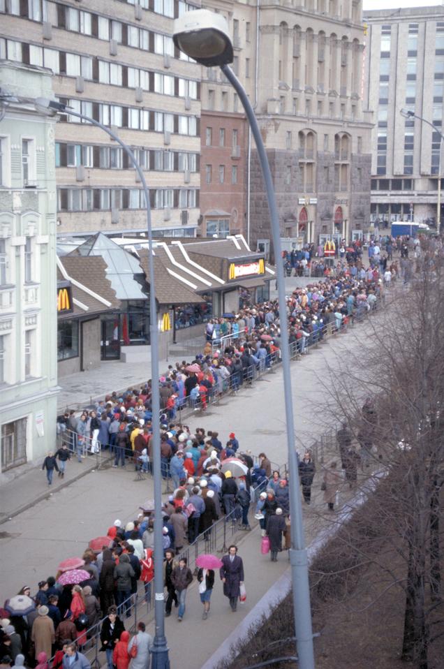 """1990 год. На этом фото примерно пятая часть очереди. Фото ПРЕСС-СЛУЖБА """"МАКДОНАЛДС РОССИЯ"""", """"Metro"""""""