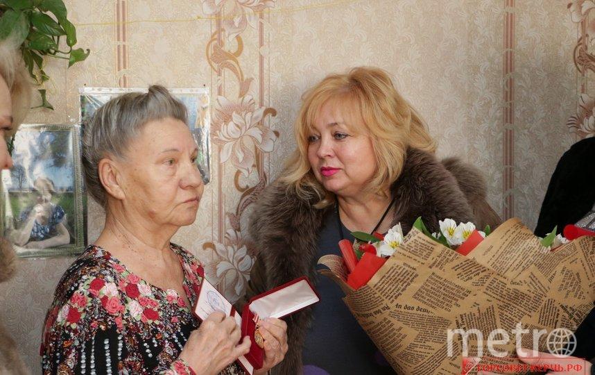 Мая Хужина и ветеран. Фото http://xn----ctbcjb3ayargep3etd.xn--p1ai/