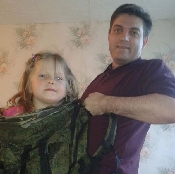 """""""Примеряем новый рюкзак для рыбалки. Быть хорошим папой - это просто любить свою дочь и жить ее интересами. Не всегда получается, но я пытаюсь"""". Фото Дмитрий Куликов, @valencia_74, """"Metro"""""""