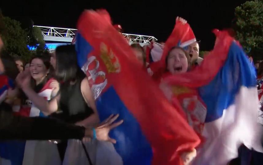 Сербские болельщики поддерживали Новака на стадионе и около него. Фото Скриншот @espn