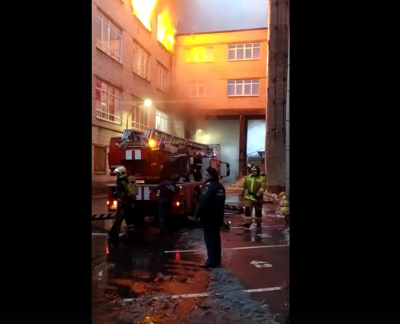 """К тушению пожара в """"Лениздате"""" были привлечены 20 единиц техники и 71 человек личного состава. Фото vk.com/spb_today"""