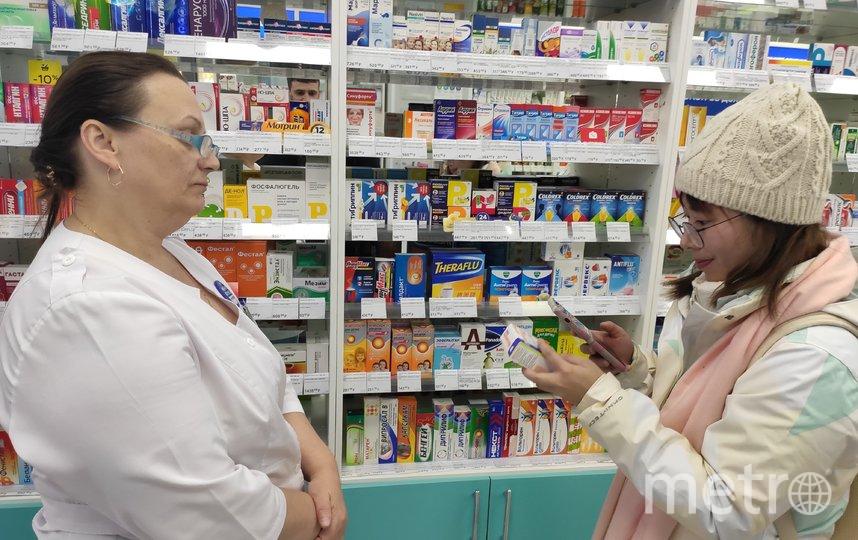 """Сотрудница аптеки Елена помогает юной китаянке из провинции Гуандун сделать выбор. Фото Дмитрий Роговицкий, """"Metro"""""""