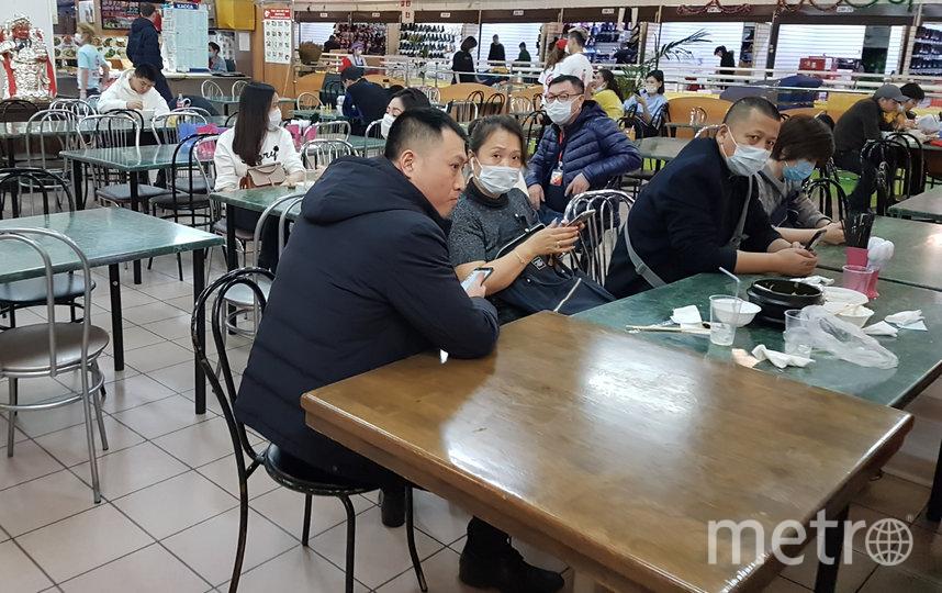 Китайская столовая в торгово-ярмарочном комплексе «Москва» пока работает в прежнем режиме. Фото Василий Кузьмичёнок