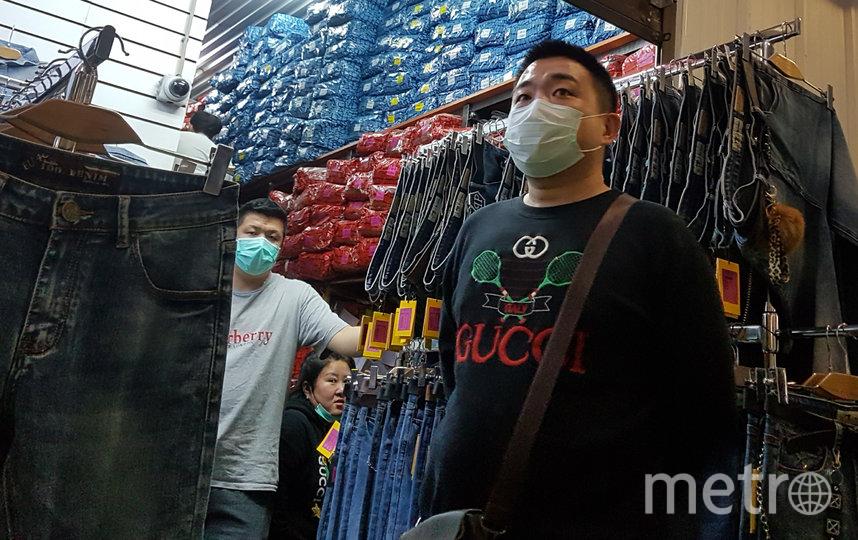 По территории ТК в течение дня ходят сотрудники с тепловизорами и выборочно проверяют у торговцев температуру. Фото Василий Кузьмичёнок