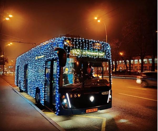 Электробус c новогодним оформлением. Фото скриншот instagram.com/imibragimov/?hl=ru