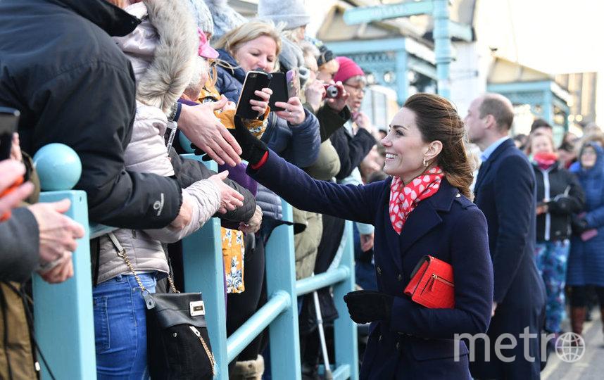 Кэтрин и Уильям общаются с жителями Уэльса. Фото Getty