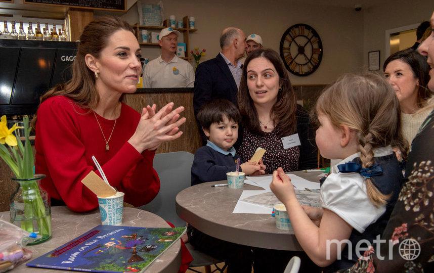 Кейт Миддлтон и принц Уильям составили компанию местным детям. Фото Getty