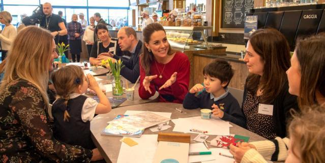 Кейт Миддлтон и принц Уильям составили компанию местным детям.