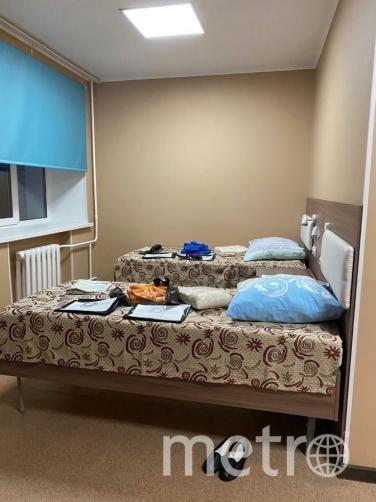 Прибывшие начали выкладывать в Сеть фото и видео своих «номеров». Одна из эвакуированных рассказывает, что в комнате есть всё необходимое, плюс фрукты, конфеты и печенье. Покидать помещение пока не разрешают. Фото скриншот admtyumen.ru